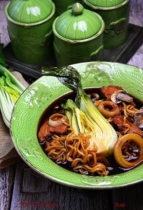 Kuchnia Chinska Skladniki 1 L Bulionu Warzywnego 2 Glowki Kapusty Pak Choi 1 Zabek Czosnku 5 Lyzek Sosu Sojowego 2 Lyzk Food And Drink Delicious Soup Food
