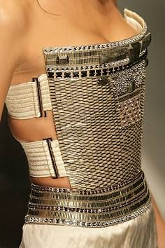 Glamouröse Oberteile werden bei Ferré zu sehr weit geschnittenen Hosen…