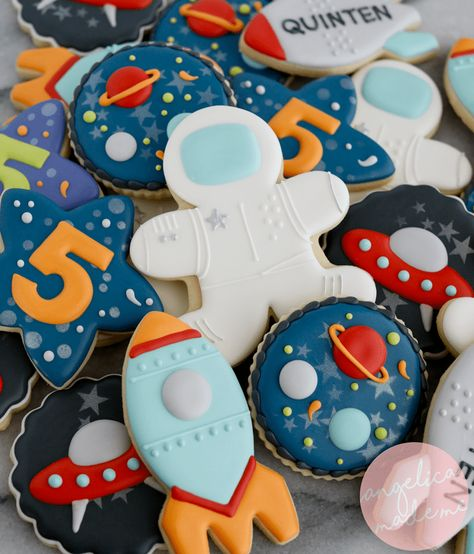 These sugar cookie set includes stars,… Astronaut / Space birthday party cookies. These sugar cookie set includes stars, planets, rockets, astronauts and aliens (of course! Decorated with royal icing. Cookies For Kids, Fancy Cookies, Iced Cookies, Cute Cookies, Star Sugar Cookies, Summer Cookies, Heart Cookies, Royal Icing Decorations, Chocolate Decorations