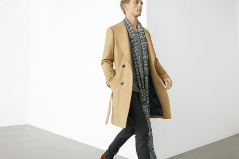Zara man. Simple outfit for man. Abrigo beige. Bufanda gris. Grey scarf. Coat. Black. Vaqueros negros. Jeans, Men's fashion. Casual look for man. Otoño, autumn. www.facebook.com/bagatelleoficial Bagatelle Marta Esparza #outfit #autumn #men #casual