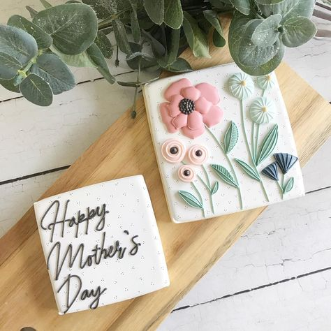 """Melissa Matthews's Instagram profile post: """"Here is the only Mother's Day set I made this year, and it just so happened to be for one of the most amazingly talented cookiers around!!…"""" Mother's Day Cookies, Fancy Cookies, Iced Cookies, Cute Cookies, Easter Cookies, Royal Icing Cookies, Cupcake Cookies, Owl Cupcakes, Flower Sugar Cookies"""