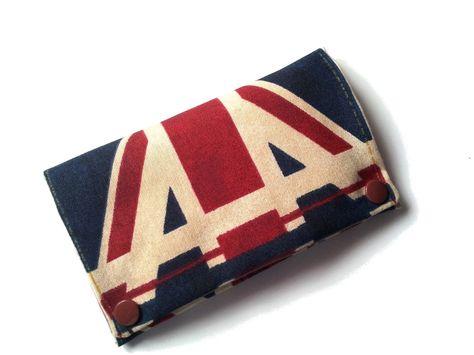 Pochette en tissu imprimé Londres.  Comprenant une grande poche pour glisser le paquet de tabac.  2 petites poches pour les feuilles et le briquet.  F