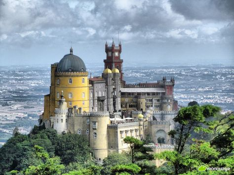 #Portugal, 15 endroits qu'il ne faut absolument pas rater - via Huffington Post 09.08.2015   En effet le pays regorge de paysages à couper le souffle et possède également quelques monuments religieux et historiques incontournables que nous avons décidé de lister ici pour vous aider à ne rien manquer lors de votre découverte du Portugal. Photo: Palais national de Pena, Sintra