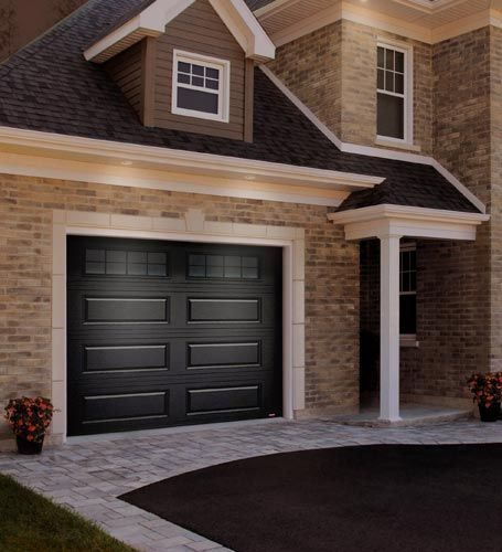 Black Garage Door Idea On Brick House Idee De Porte De Garage Noire Pour Maison En Brique Black Garage Doors Garage Doors Garage Door Design