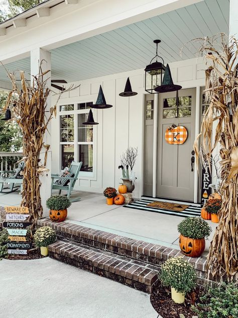 Spooky Porch with Old Time Pottery – hostessjo Gruselige Veranda mit alter Töpferei - Hostessj. Halloween Home Decor, Outdoor Halloween, Fall Home Decor, Autumn Home, Fall Halloween, Diy Halloween Games, Halloween Mantel, Spooky Decor, Halloween Face Mask