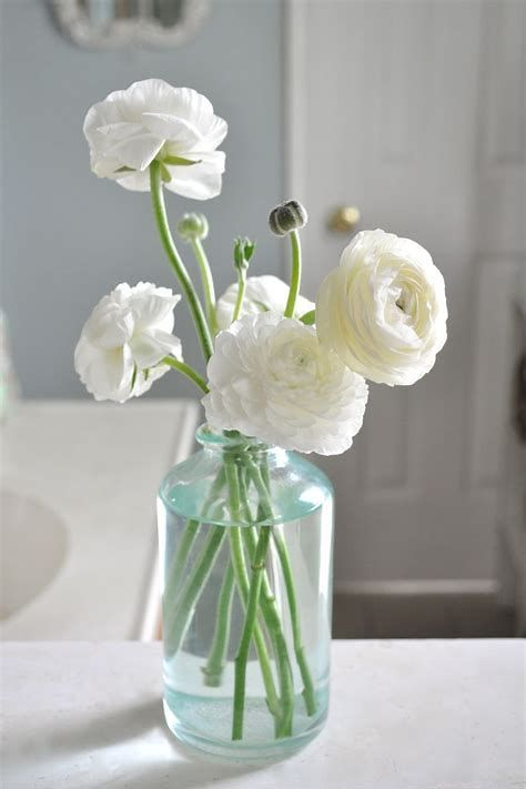 56 Ideas To Beautify Your Garden With Beautiful Ranunculus Enjoy Your Time Wedding Table Flowers Flower Arrangements Ranunculus Flowers