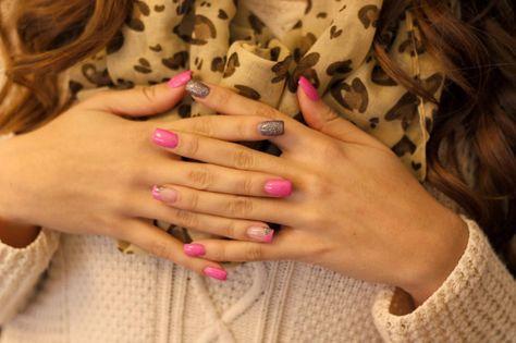 Nails pink with a touch of glitter Unhas rosa com um toque de glitter