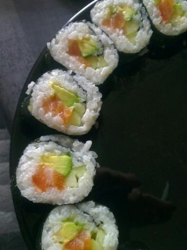 Makis saumon, concombre, avocat