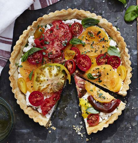 When made with tomatoes in a variety of colors and sizes, this elegant tomato tart becomes a showstopper on your summertime table. Heirloom Tomato Tart with Ricotta and Basil… Heirloom Tomato Tart, Heirloom Tomatoes, Heirloom Tomato Recipes, Tomato Tart Recipe, Tomato Pie, Tomato Gravy, Tomato Salad, Tomato Basil Tart, Tomato Cages