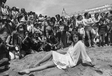 Sylvia Kristel sur la plage du Carlton à Cannes, pendant le festival en 1967, encore auréolée de l'immense succès du film érotique «Emmanuelle» (1974) - PHOTO AFP