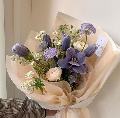 Bouquet of purple flowers #flowers #prettyflorals Dark Flowers, Simple Flowers, My Flower, Vintage Flowers, Yellow Flowers, Beautiful Flowers, Purple Flower Bouquet, Flower Aesthetic, Purple Aesthetic