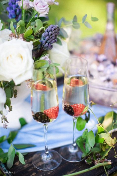 #wedluxe #wedluxemagazine #drinks #wine #rose #berries #floral #cocktailhour