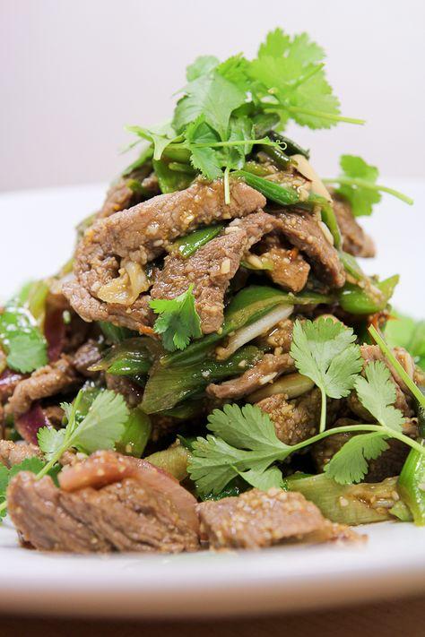 Scharfer Thai-Rindfleischsalat mit gemörserten, angebratenem Reis, Zuckerschoten und Lauchzwiebeln.