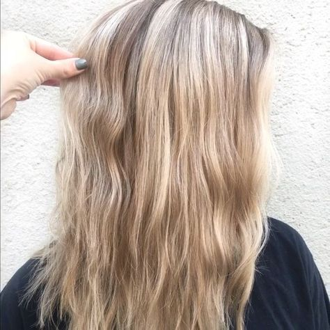 How to blowdry your hair into gorgeous beach waves! No curling iron needed! #blowout #beachwaves #beachwavedhair #hair #hairstyles #hairvideos #hairdiy #diyvideos #amandawarrenhair