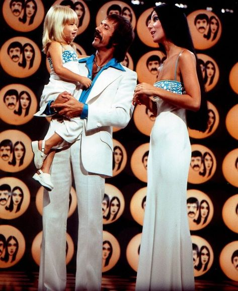 Sonny & Cher& hit TV variety show: Music, comedy& and divorce & Click Americana 70s Fashion, Vintage Fashion, Fashion Tips, 1970s Disco Fashion, Fashion Bloggers, Beautiful Celebrities, Beautiful People, Cher Costume, 1970 Style