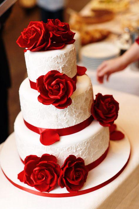 Hochzeitstorte mit roten Rosen