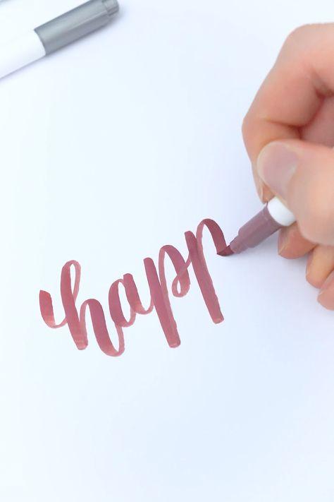 Be happy! Mein kleines Brushlettering mit einem metallic Brushpen, einem Fineliner und als Detail ein paar Highlights mit einem Chrom-Marker.
