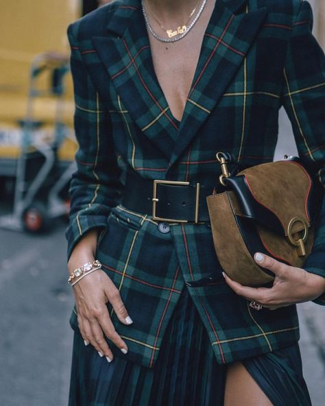 Signs of the past at the peak of popularity - Street Style Outfits