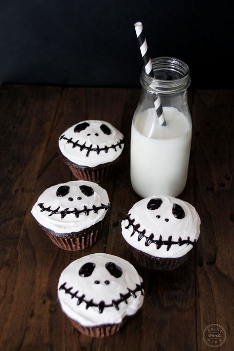 These adorable Jack Skellington inspired cupcakes are perfect for a sweet Halloween treat! These would make a great classroom dessert idea! Postres Halloween, Dessert Halloween, Soirée Halloween, Halloween Party Snacks, Halloween Goodies, Halloween Decorations, Halloween Potluck Ideas, Easy Halloween Treats, Zombie Cupcakes