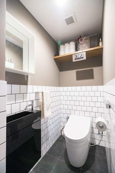 トイレにはサブウェイタイルを使用 目地をブラックにすることでより