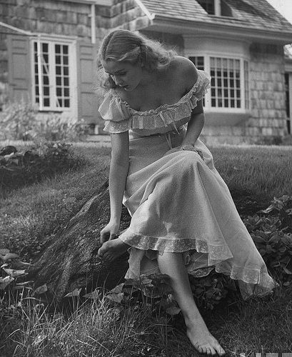 I love the way the photographer captures the innocence of youth of the past. Photographer Nina Leen worked for Life magazine in the Moda Vintage, Vintage Mode, Life Magazine, 1940s Fashion, Vintage Fashion, Petite Fashion, Look Retro, Retro Mode, Vintage Photographs
