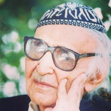 صاحب رائعة ناجيت قبرك محمد مهدي الجواهري ولد في 26 جويلية 1903 بالنجف هو شاعر عربي عراقي يعتبر Celebrities Mens Sunglasses Style