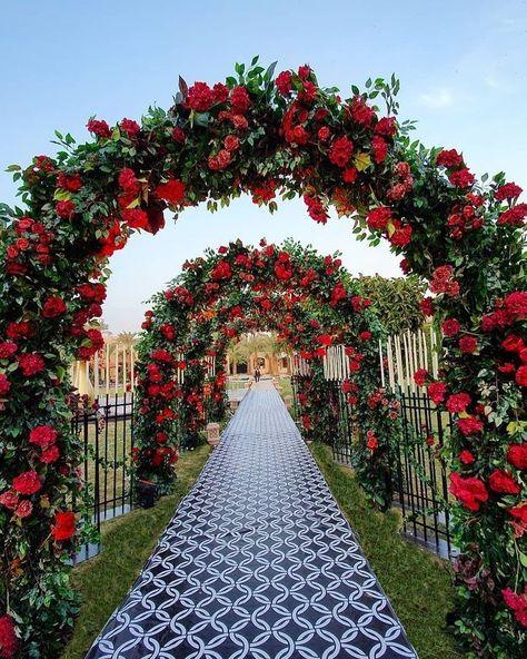 Desi Wedding Decor, Wedding Stage Design, Outdoor Wedding Decorations, Backdrop Decorations, Party Decoration, Red Wedding Receptions, Indian Wedding Stage, Wedding Ideas, Lebanese Wedding