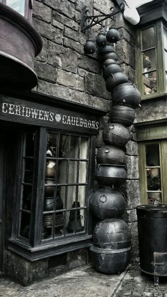365 Days of Halloween: Photo Décoration Harry Potter, Mundo Harry Potter, Harry Potter Universal, Horror Movie Posters, Scorpius And Rose, Slytherin Aesthetic, Harry Potter Wallpaper, Diagon Alley, Cauldron