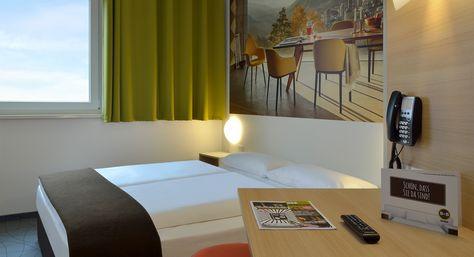 Zimmer mit französischem Bett im B&B Hotel Basel/Weil am Rhein