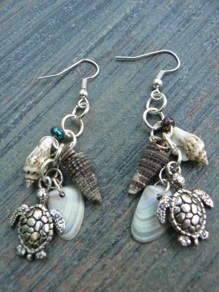 Sea turtle and shell earrings sea turtle seashells earrings in beach mermaid boho gypsy hippie hipster beach and fantasy style Meeresschildkröte und Muschel Ohrringe Meeresschildkröte Muschel Ohrringe in Seashell Jewelry, Seashell Crafts, Beach Jewelry, Wire Jewelry, Jewelry Crafts, Handmade Jewelry, Jewlery, Sea Turtle Jewelry, Feet Jewelry