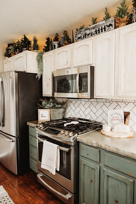 Top Of Cabinets, Above Cabinets, Farmhouse Christmas Kitchen, Home Decor Kitchen, Christmas Decor In Kitchen, Kitchen Ideas, Simple Christmas, Christmas Home, Christmas Gifts