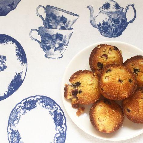 Pure verwennerij dit recept: amandelcakejes met blauwe bessen, rabarber en witte chocolade #naareigensmaak