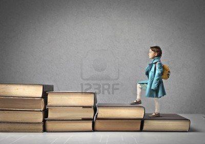 Bambino che sale una scala di libri Archivio Fotografico - 15264027