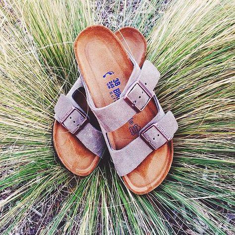 #Birkenstock en pleine canicule. Je les veux: http://www.birkenstock-france.com/sandales-arizona-birkenstock-femme-homme-beige-bk051463.html