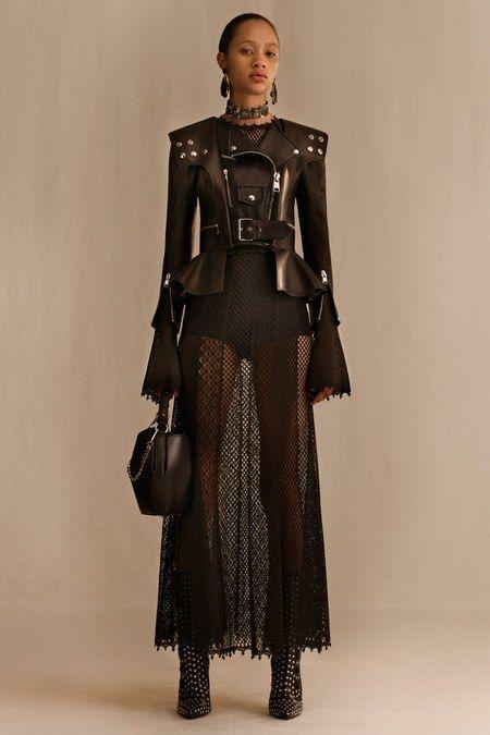 Alexander McQueen Resort 2019 collection, runway looks, beauty, models, and reviews.