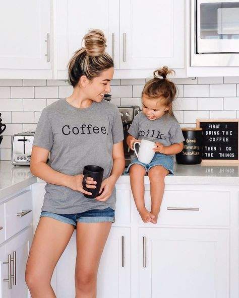 Mother Daughter Matching Outfits, Mother Daughter Fashion, Mommy And Me Outfits, Kids Outfits, Cute Outfits, Stylish Mom Outfits, Mother Daughter Photos, Matching Family Outfits, Matching Shirts