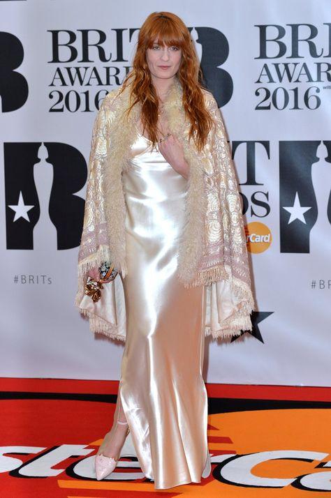 Pin for Later: 32 Robes Dignes du Plus Beau Jour de Votre Vie Qu'on a Repéré Sur le Tapis Rouge Pour la Mariée '70s Florence Welch portant une robe signée Calvin Klein et une cape Gucci aux Brit Awards.