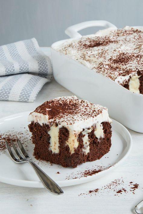 Den saftigen Rührkuchen füllen wir mit einer feinen Vanille-Puddingcreme. #einfachbacken #pokecake #schokokuchen #puddingkuchen #rührkuchen #schokoladenkuchen #kuchenrezepte