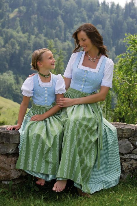 Hammerschmidt Mutter und Tochter im Partneroutfit mit hellen Dirndln ---- Wie die Mutter, so die Tochter. ---- #Dirndl ---- Like mother, like daughter.