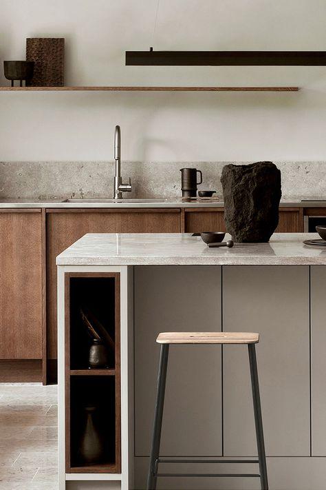 Ett platsbyggt drömkök i ek med fristående köksö i grått. Bänkskiva i lokal sten från Gotland. Måttanpassat och byggt från grunden av oss i vårt snickeri i Göteborg. Se den senaste köksinspirationen, väggfärg, vitvaror och bänkskivor på www.nordiskakok.se #köksdesign #köksinspo #kök #köksinspiration #platsbyggt #lidingö #byggakök #kitcheninspo #kitchen #trä #träkök #kitcheninspiration #bänkskiva #home #interior #interiör #interiør #stockholm #artilleriet #köksinspiration