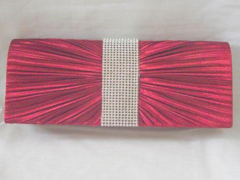 Rood gala tasje met een mooie geplooide voorkant met in het midden een band met strass. Achterkant is egaal. Binnenkant is een groot vak met een klein zakje. Word geleverd met een lange zilverkleurige ketting om hem over de schouder te kunnen drag - € 17,95