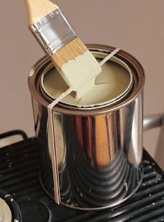 Stretch a rubber band over your gallon of paint to swipe the extra paint off of your brush. (If I manage to do this without spilling the entire gallon of paint getting the rubberband on, it's truly a genius idea. Life Hacks, Gallon Of Paint, Hacks Every Girl Should Know, Ideias Diy, Tips & Tricks, Paint Cans, Rubber Bands, Painting Tips, Painting Art