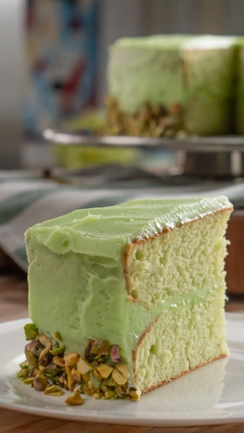 This light and fluffy pistachio cake is perfect for spring parties - Baking Recipes Food Cakes, Cupcake Cakes, Just Desserts, Dessert Recipes, Light Desserts, Health Desserts, Doce Light, Pistachio Recipes, Savoury Cake