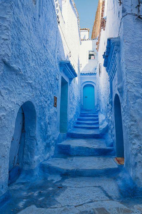 Cette Vieille Ville au Maroc, Recouverte de Peinture Bleue, Dégage Une Envoûtante Sérénité