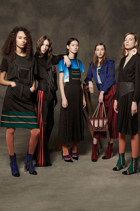 Marco de Vincenzo Pre-Fall 2017 collection, runway looks, beauty, models, and reviews.