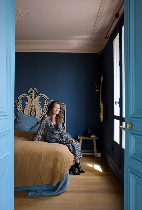 Peinture de chambre bleu Kasbha et plafond rose Babe chez Emery