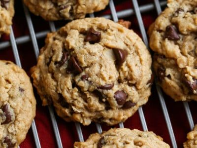 Peanut Butter Oatmeal Cookies are thick, soft, chewy, cookies! Add chocolate chips if you want to make them extra sweet, or enjoy them without. Easily add in nuts too! #cookiesandcups #peanutbuttercookies #peanutbutteroatmealcookies #cookierecipe #oatmealcookies