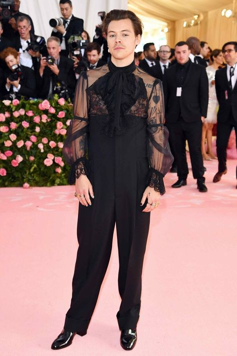 Best Dressed at the 2019 Met Gala: Harry Styles, Lady Gaga, Serena Williams and More! Constance Wu, Harry Styles Mode, Harry Edward Styles, Harry Styles Fashion, Anna Wintour, Gala Dresses, Nice Dresses, Cara Delevingne, Met Gala Outfits