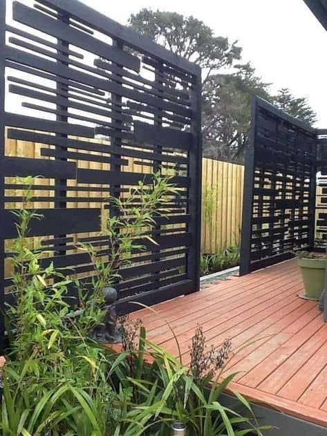 It's great to have wonderful backyard. But sometimes, you need your own privacy. an outdoor privacy screen. You can build your own DIY privacy screen. Backyard Privacy Screen, Privacy Fence Designs, Backyard Fences, Backyard Landscaping, Privacy Fences, Landscaping Ideas, Decks With Privacy Walls, Outdoor Privacy Screens, Privacy Trellis