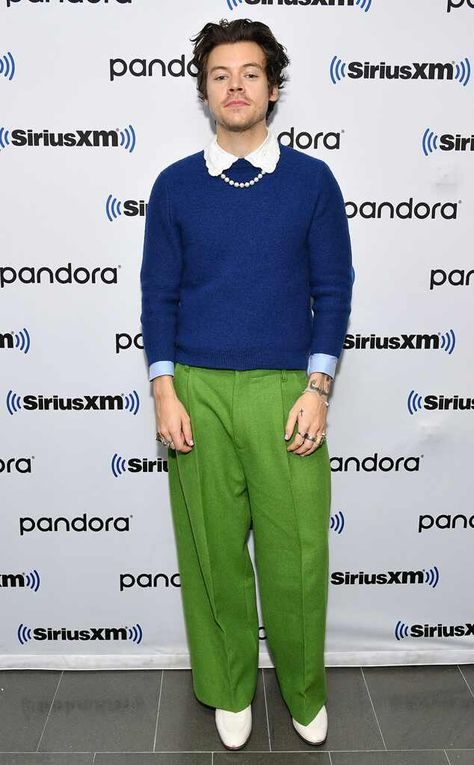 Stylin' Styles from What the Fashion Music star Harry Styles keeps up with his bold fashion sense in bright green trousers and a blue sweater in NYC. Harry Styles Ropa, Harry Styles Clothes, Harry Styles Fotos, Harry Styles Pictures, Harry Styles Fashion, Harry Styles Style, Harry Styles Bandana, Emmanuelle Alt, Mr Style